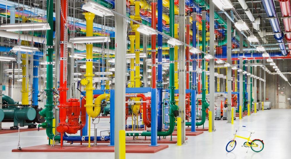 Im Google-Rechenzentrum in Douglas County in Georgia haben sogar die Kühlwasserrohre die Farben des Konzernlogos (c) Google